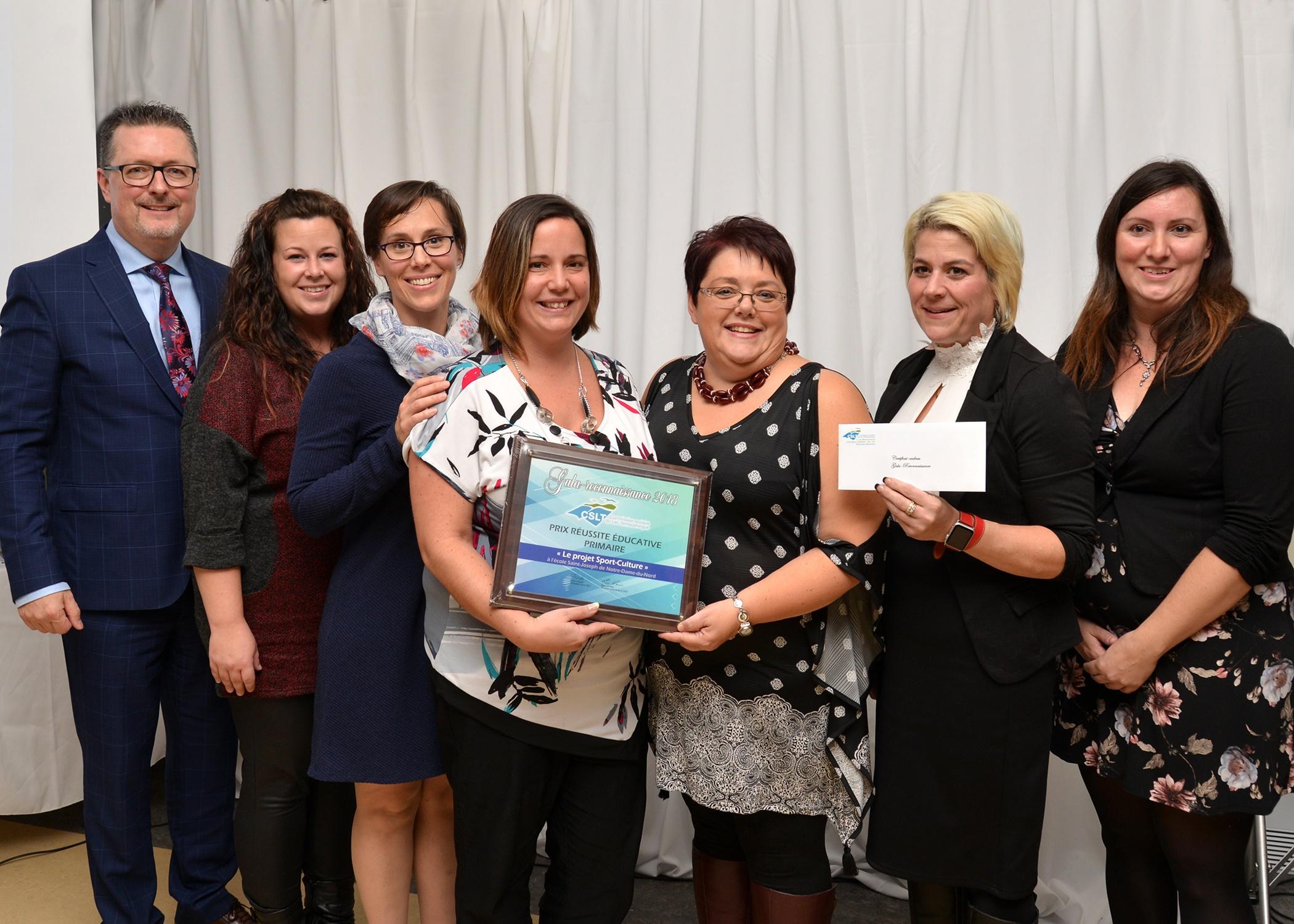 Photo de groupe - Prix réussite éducative primaire - École Saint-Joseph de Notre-Dame-du-Nord